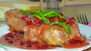 Запеченная свинина с брусничным соусом