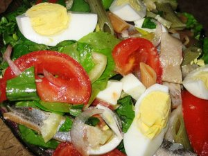 Весенний салат с зеленью и малосольной сельдью