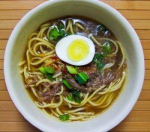 Яка-мейн — острый китайский суп с копченостями