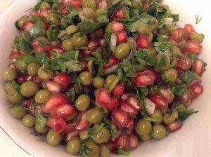 Постный салат с гранатом, кинзой и зеленым горошком