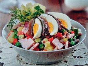 Салат из кильки с ветчиной