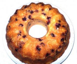 Кекс-кольцо с вишней и яблоками